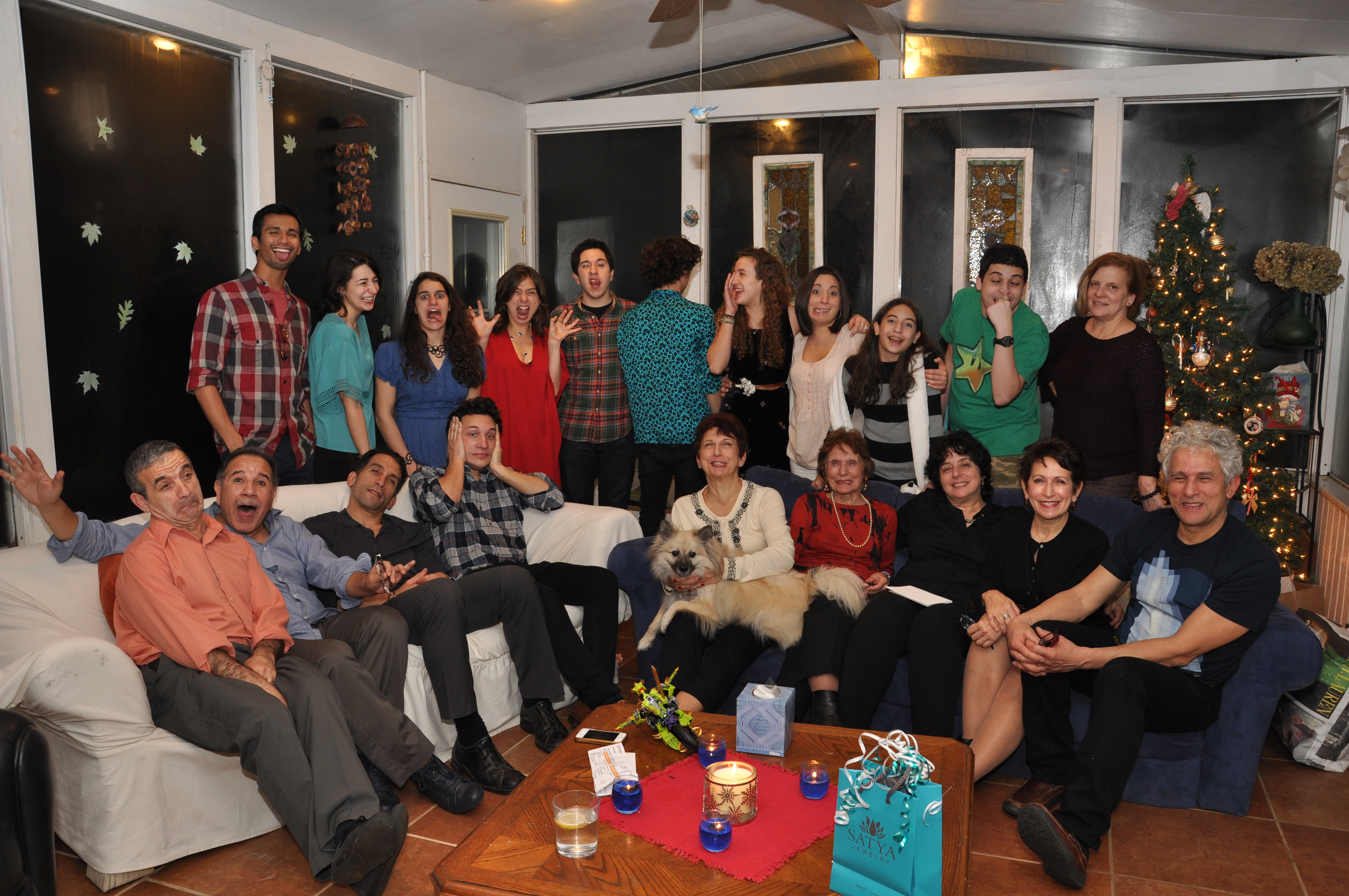 Familia celebrando navidad en mi casa andr s palomino - Casas de navidad ...